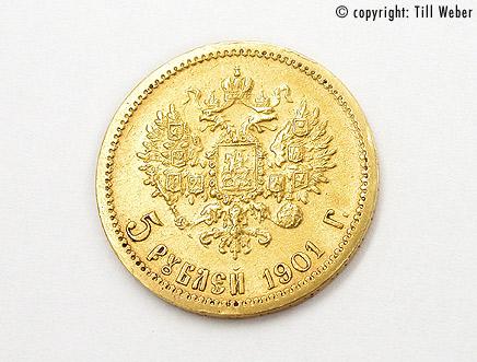 Hier sehen sie goldmünzen aus russland, england und der schweiz, wie